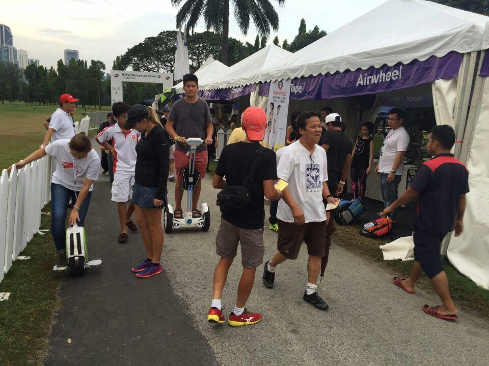Joueurs de tennis essayent Airwheel monocycles