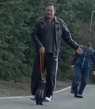 Smart Tschechische Onkel gelernt, Airwheel Electric Scooter Zweiradfahrzeug Q3 zu steuern
