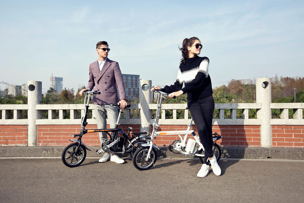 Airwheel R3 portable electric bike