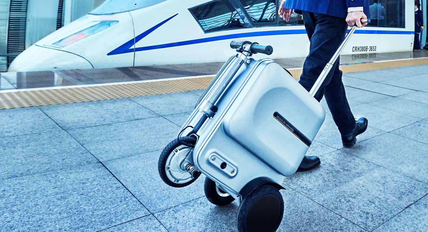 Airwheel SE3 fully functional drag along suitcase.