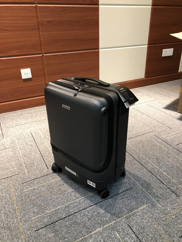 Airwheel_following_Suitcase