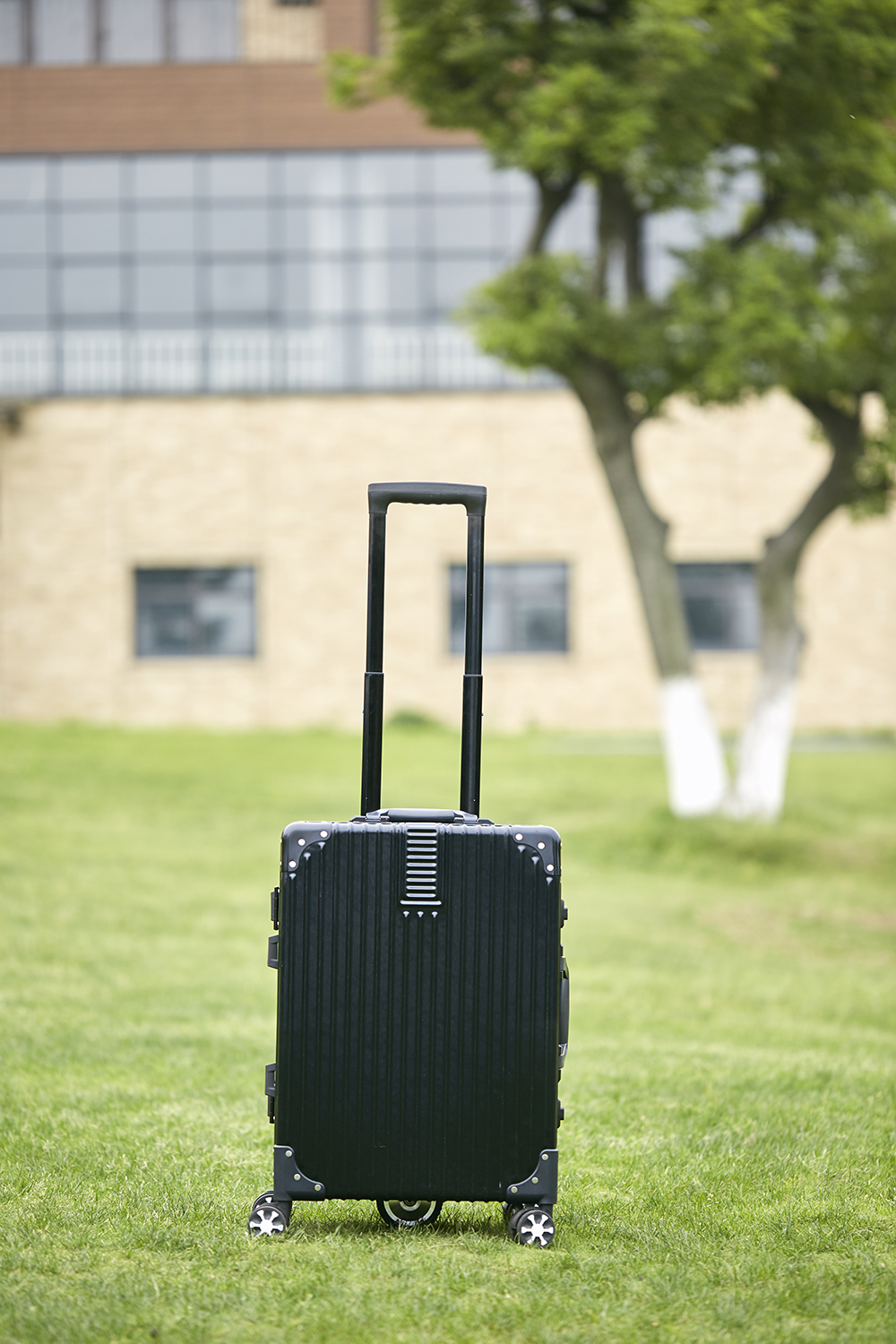 Airwheel SR6 power assisted suitcase
