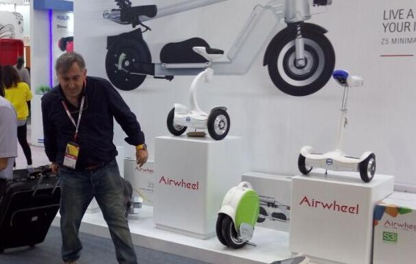 But recently, Airwheel brought another multiple riding posture electric scooter, S8 electric walkcar.