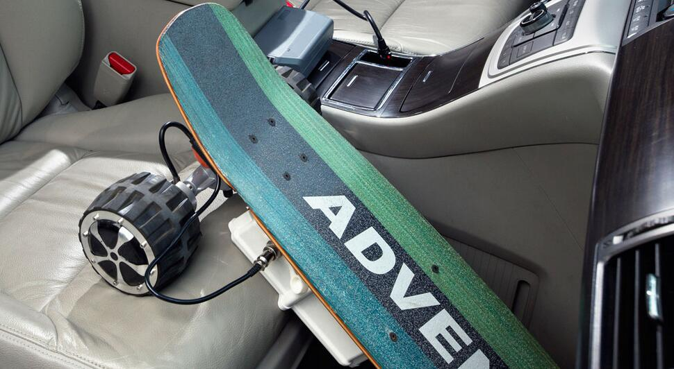 Back to the skateboard itself, Airwheel M3 skateboard goes with a classic black Airwheel design as well as a maple wood for the board itself.