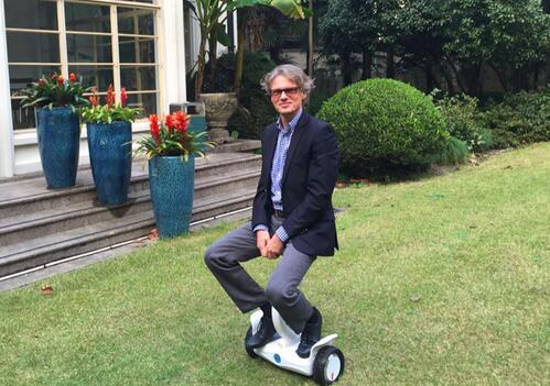 Airwheel S8, one of the new products of Airwheel in 2016 shares the same wheeled structure with other S-series such as S6 and S5.