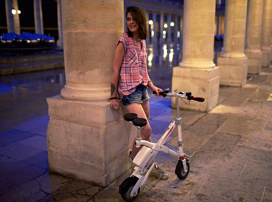 Like other Airwheel intelligent electric scooters, E6 folding e bike is also driven by electricity.