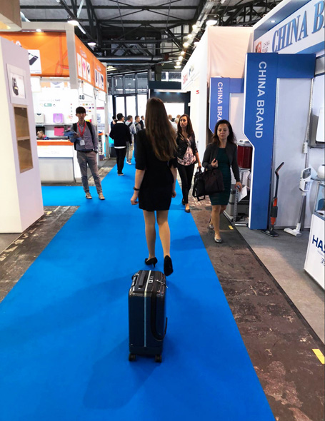 Airwheel intelligent self-following suitcase